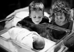 初めて妹/弟に会った子どもたち