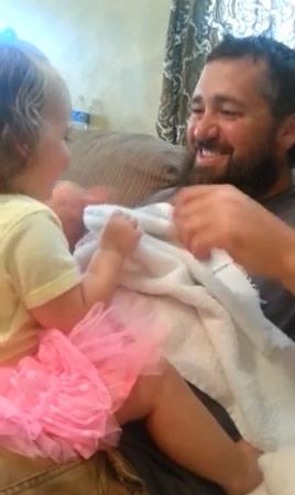初めて髭のないパパを見る娘