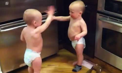 おしゃべりする双子の赤ちゃん