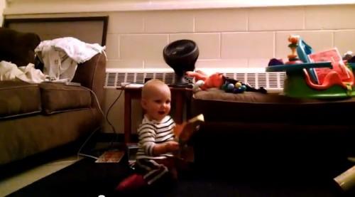 【面白動画】可愛過ぎ!音楽付のバースデーカードにノリノリダンスで喜ぶ赤ちゃん。