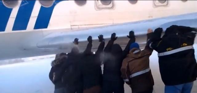 【面白動画】雪道でスタックした飛行機をなんと乗客が押して脱出!