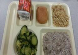 学校給食 vs. 刑務所の食事