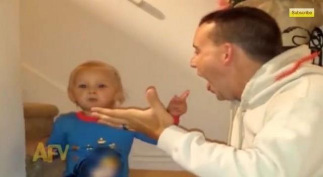 【面白動画】お父さんは天才マジシャンだと思い込む純粋な男の子