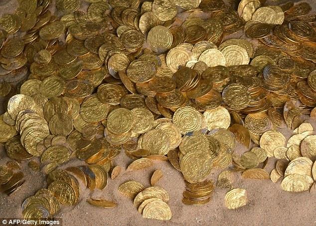 1,000年前の金貨2,000枚を海の底でダイバーが発見!