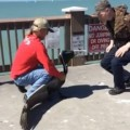 【動画】口ばしに釣り糸が絡まっていたペリカンを一般人が助ける