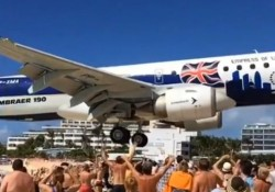 【動画】人だかりのビーチの上ギリギリの高さで飛行する着陸寸前の飛行機