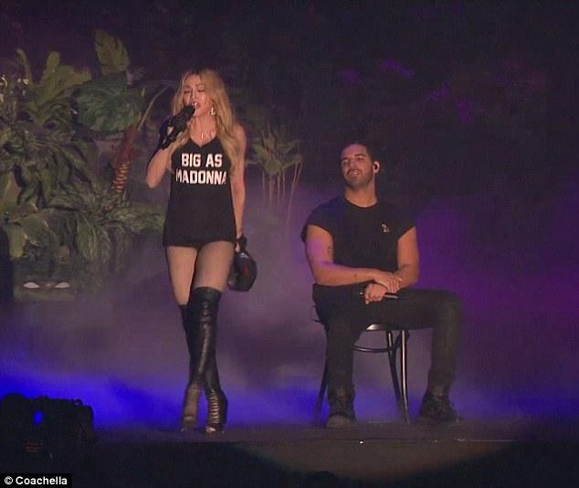 マドンナにステージでキスされたドレイクがマジ嫌そう