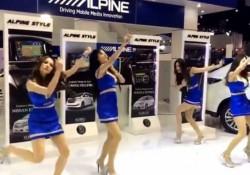 【爆笑動画】美人コンパニオンのダンスがひど過ぎてお腹が痛い!