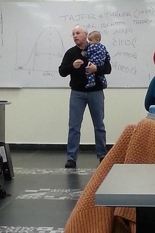 大学の講義中に赤ちゃんを抱く教授。その理由は...