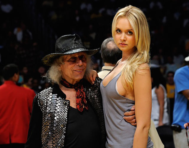大金持ちのおじいさんのパートナーは若い美女。これ相場。